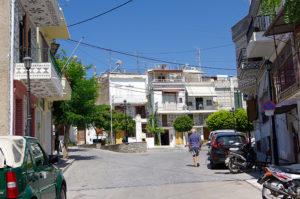 ピルギの村入り口の小広場が見える