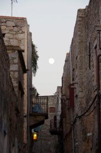 メスタの村に昇る月