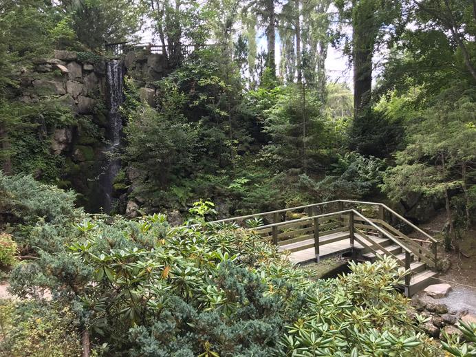 滝からの流れを渡る橋
