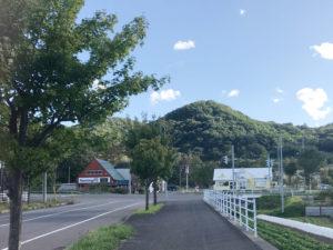 奥に見える右の白い建物が絶品ジェラートのパスコロ