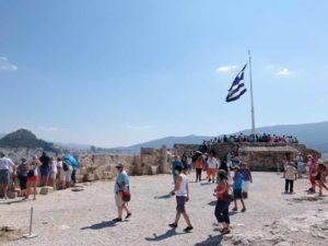 ギリシャ国旗下のビューポイントは大混雑