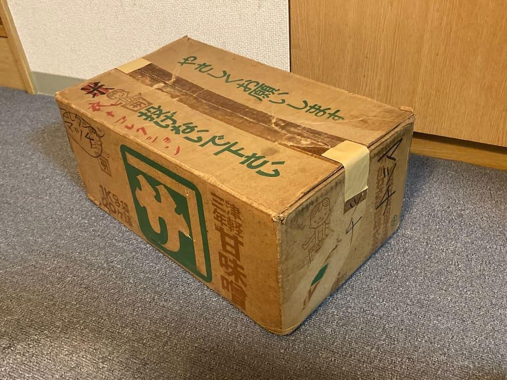 部屋の片隅から発見された古びた段ボール箱の中身は?