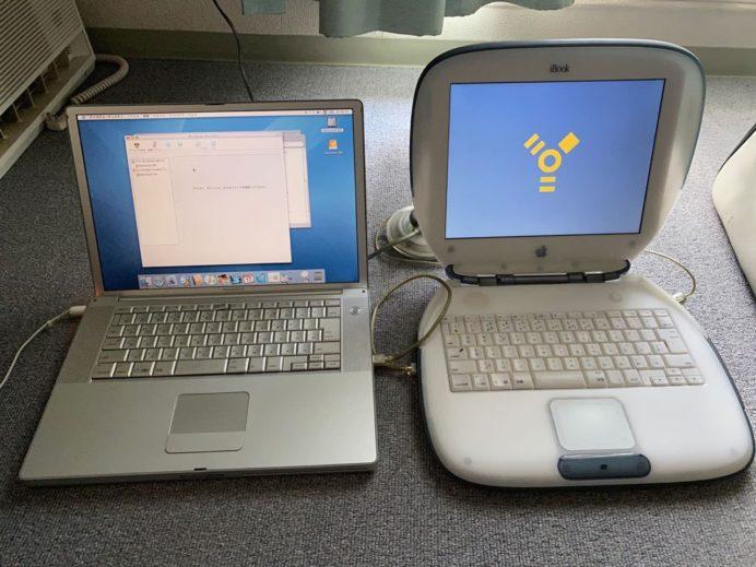 iBook(右)をターゲットディスクモードで接続