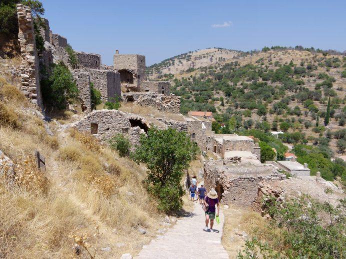 アナヴァトスの丘へ登る坂道