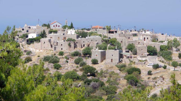 アヴゴニマの丘の上の集落が見えてきた。