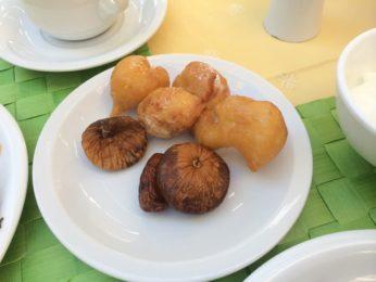 グレシアンキャッスルホテルの朝食のルクマデスとイチジク