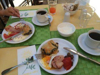 スパナコピタなど、グレシアンキャッスルホテル朝食の料理