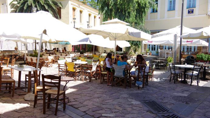 ヒオスタウン東端、中世の城塞内、旧市街の広場にあるカフェ