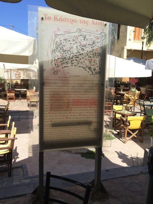 ヒオス旧市街の広場に立つガイドマップ