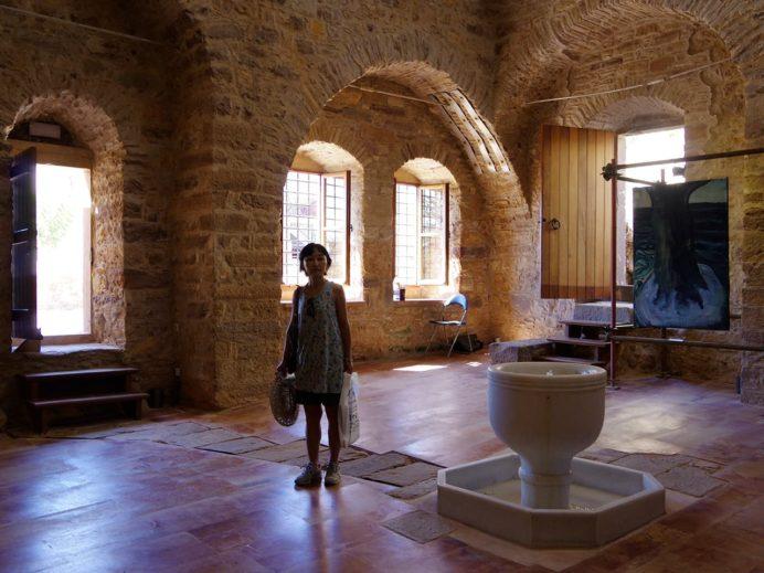 オスマン帝国時代の公衆浴場跡の内部はギャラリーとして利用されている