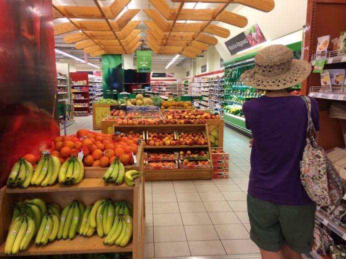 ヒオス島Agias Miropis にあるスーパーマーケット店内