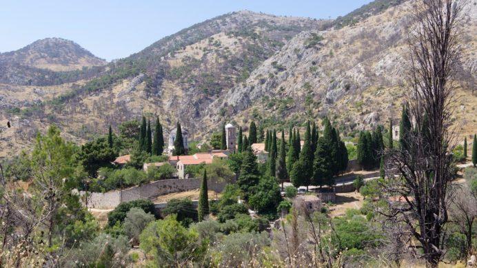 ネア・モニ修道院が見える。