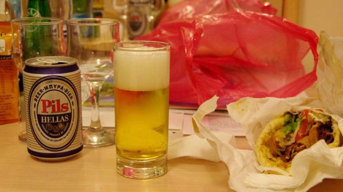 グレシアンキャッスルホテルの部屋で持ち帰ったギロ・ピタとビールで夕食