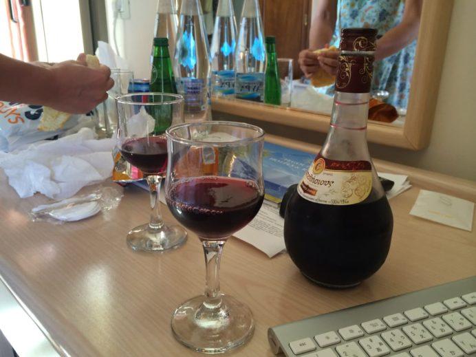 グレシアンキャッスルホテルの部屋でギリシャワインを楽しむ