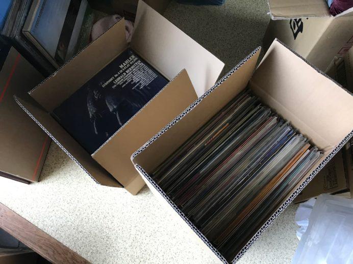段ボール箱に詰め込まれたLPレコード